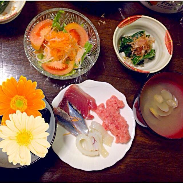 サラダはカブと人参とレタスとトマト! 刺身は鰹と秋刀魚とイカとネギトロ! - 0件のもぐもぐ - サラダ、ほうれん草のお浸し、あさりの味噌汁、刺身 by pinkrain