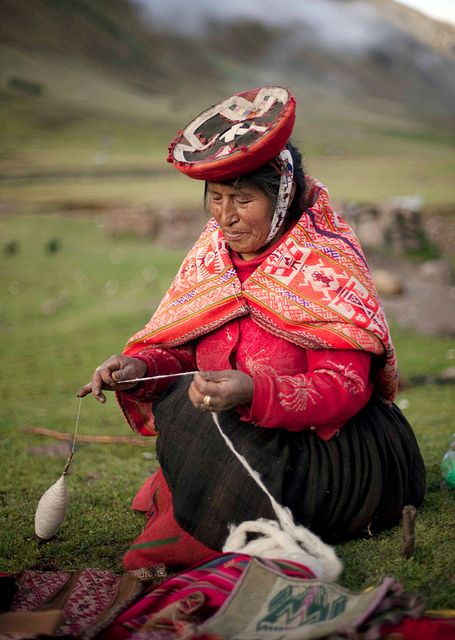 Quechua weaver spinning wool - photo by Lizz Giordano by Threads Of Peru, via Flickr