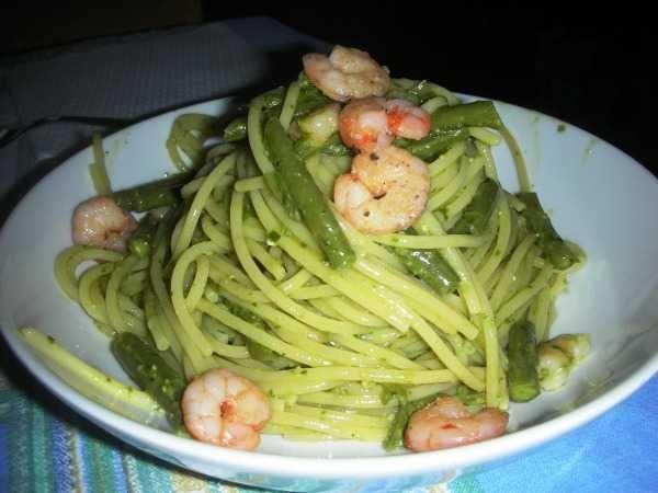 SPAGHETTI AL PESTO E GAMBERI   INGREDIENTI 350 gr spaghetti; 500 gr gamberi freschi; 300 gr fagiolini; 1 barattolo pesto fresco genovese