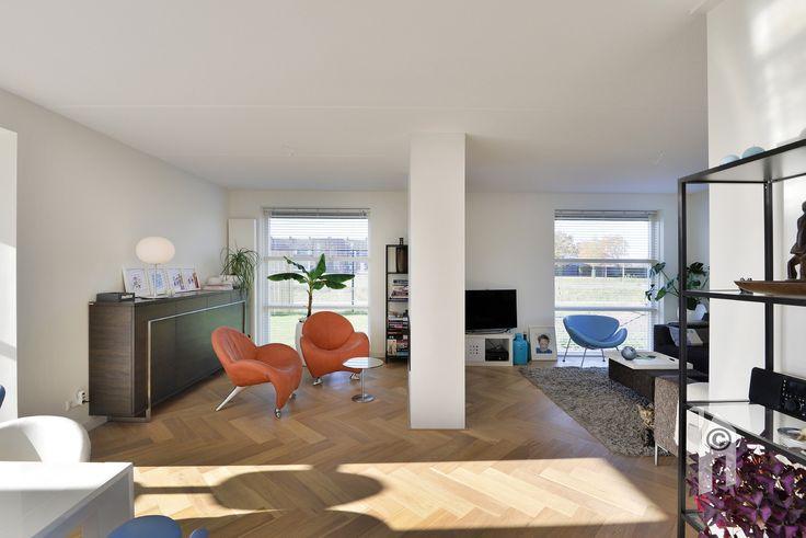 Traditioneel huis! Veel ramen. Met een transparante open haard, diverse leuke hoekjes in de woonkamer/keuken en een heerlijke uitbouw op de zon, met openslaande tuindeuren.