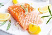 Salmone con composta di zenzero. Ingredienti (per 4 persone): 4 Filetti di salmone da 150 gr. l'uno, 1 limone, radice di zenzero (5 cm.), 10 gr. di uvetta, 1 cucchiaio di zucchero di canna, 1 cucchiaio di aceto di mele, 1 cipollotto, 1 bicchiere di vino bianco, 4-5 gambi di prezzemolo, EVO, pepe nero, sale. Preparazione (40 min): Spelare lo zenzero a farlo a cubetti metterlo in un pentolino con limone a fettine, zucchero, acqua (4 cucchiai), aceto di mele, portare a ebollizione, abbassare l