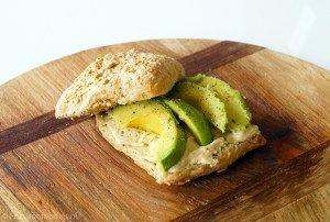 Makkelijke lunch: brood met hummus en avocado