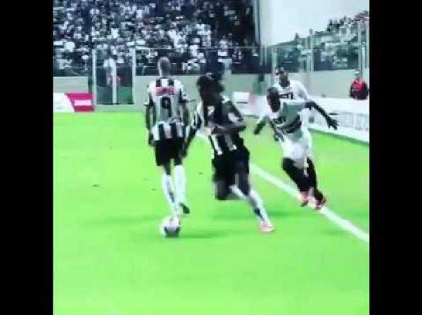 Nieprawdopodobna akcja Brazylijczyka zakończona golem • Oto asysta typu Masterclass w wykonaniu Ronaldinho Gaucho • Wejdź i zobacz >> #ronaldinho #football #soccer #sports #pilkanozna