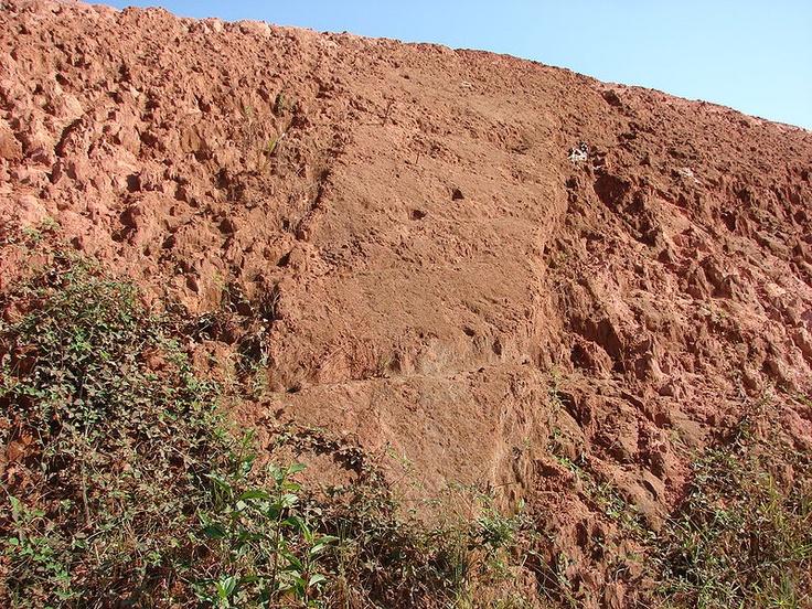 """Contraste entre dois em solos in situ. O """"solo país"""" é de rochoso sedimentar e do dique é de um corpo dique de basalto."""