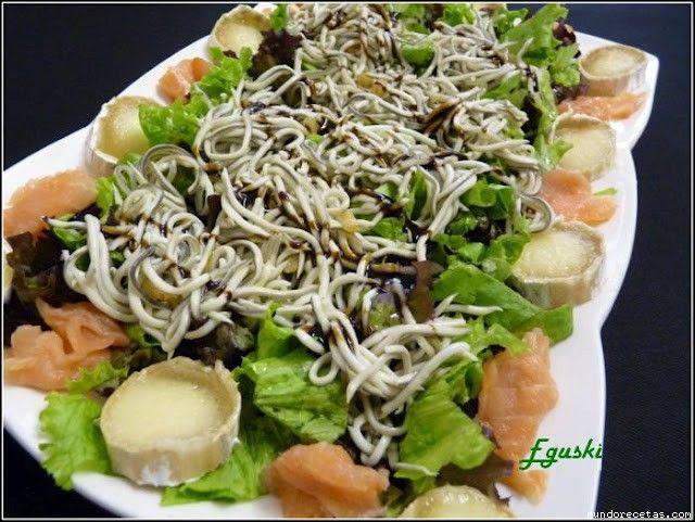 Ensalada templada de gulas, salmon y queso