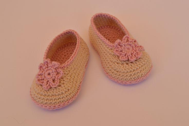 Manoletinas de bebé niña hechas a mano de crochet con una flor decorativa.  https://www.etsy.com/es/listing/200671944/zapatos-estilo-manoletinas-de-bebe?