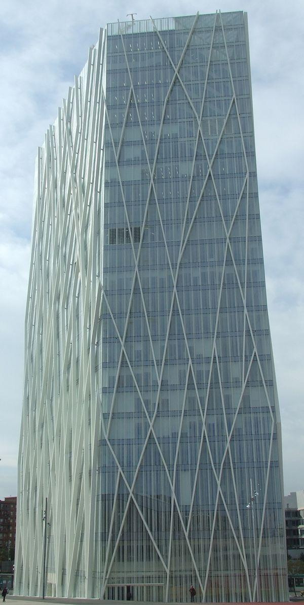 La Torre Diagonal ZeroZero, de Barcelona, sede de Telefónica, es un edificio de referencia a nivel internacional por su diseño vanguardista. El arquitecto del proyecto, Enric Massip-Bosch, optó por las soluciones empotradas Geberit en los baños del edificio para realizar la descarga del agua de los inodoros.