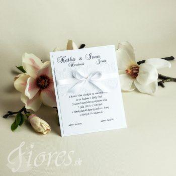 Jemné romantické svadobné oznámenie v čistej bielej. Text je tlačený na bielom pozadí a podlepené ďalším bielym podkladom, ktorý dodáva väčšiu eleganciu celému oznámeniu. #weddingcard #wedding  #invitation #fiores #fioressk