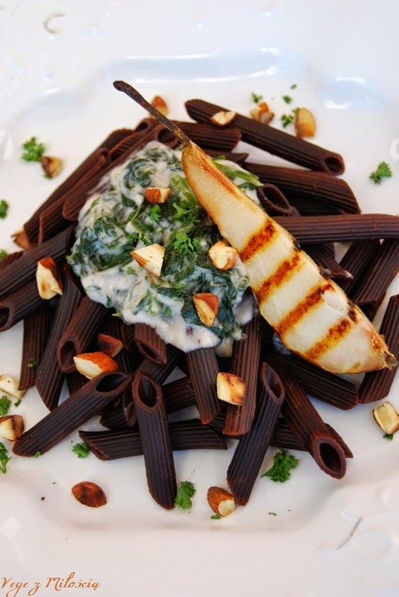 Vege z Miłością: Czekoladowy makaron z sosem szpinakowo-orzechowym, grillowaną gruszką i prażonymi migdałami