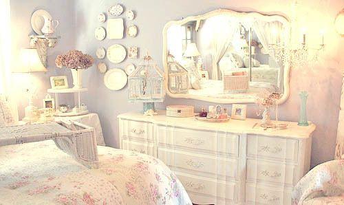 White and pale violet bedroom _ por causa dos espelhos na parede. e da penteadeira mais que tudo.