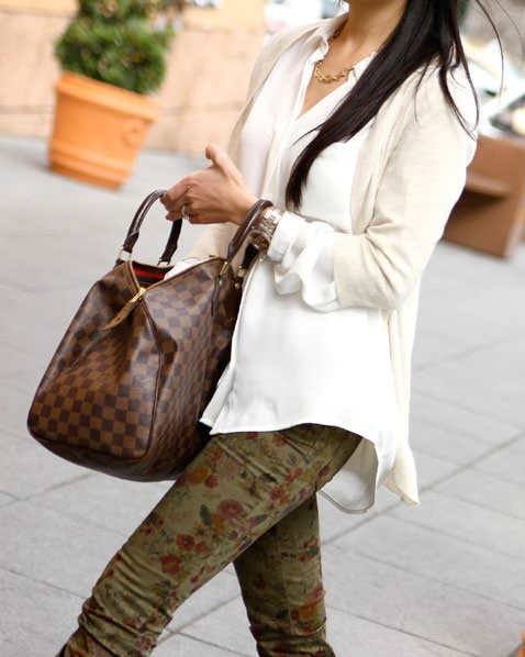 Look casual de blusa camisera, jeans con print de flores y un maxibolso a juego. - El Palacio de Hierro