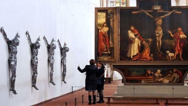 4 Christ tressés avec du fil barbelé de l'artiste Adel Abdessemed face au célèbre retable d'Issenheim à Colmar.