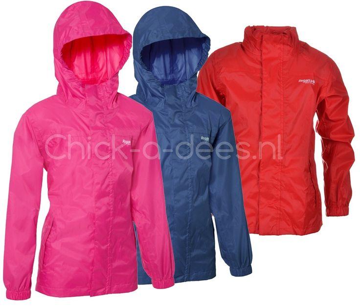 Nooit meer zweten in je regenjas met deze ademende regenjas voor kinderen.  Deze super lichtgewicht, ademende regenjas is waterdicht en heeft een stormflap. Mede door de stormflap welke over de rits zit, en de getapete naden blijft de nattigheid echt buiten. De jas heeft een ritssluiting, elastiek om de mouwen en 2 zakken. De capuchon kun je oprollen en in de nek opbergen. De jas is gemakkelijk op te rollen en weer op te bergen in het speciale opbergzakje. Deze heeft dezelfde kleur als de…