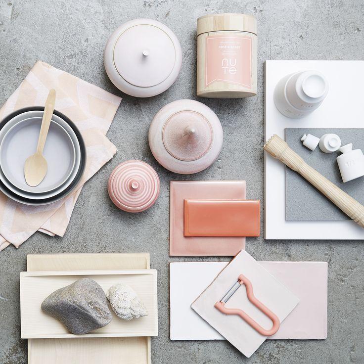 Rød i alle nuancer fra den klare, rene røde til nuancer i koral, rosa, orange og terrakotta er flot, når du skal style dit hvide køkken. Se boligstylistens tips på www.jke-design.dk