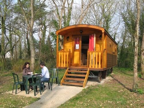 En bordure de forêt de Fontainebleau, une des 14 roulottes tout confort 5 places de Bois-le-roi  E-mail : boisleroi-base@ucpa.asso.fr