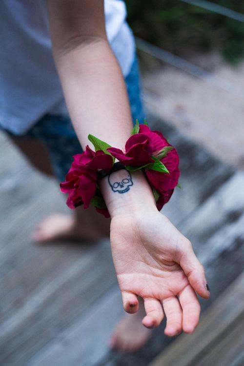 I reeeeally want a simple skull tattoo like this!