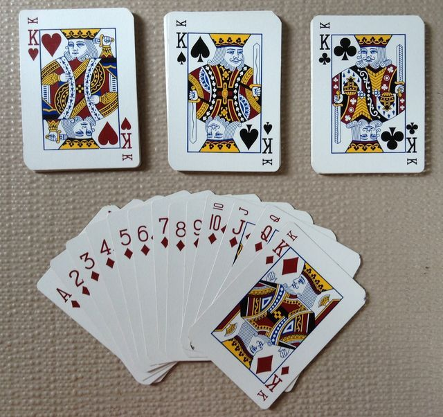 Siete versiones para jugar con barajas: Solitario, Ochos Locos, ¡A pescar!, Guerra, Cucharas, Casita robada y Rummy.