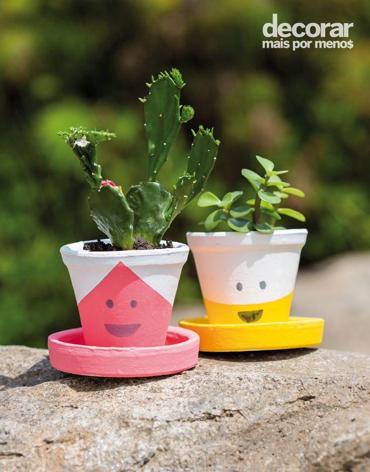Deixe seu jardim mais divertido com estes cachepôs sorridentes. Para fazê-los, use uma fita crepe para demarcar a área que você deseja pintar. Depois que a tinta secar, com a ajuda de uma caneta permanente, faça os rostinhos. #DecorarMaisPorMenos Foto: Alan Teixeira | Produção: Carol Haddad.