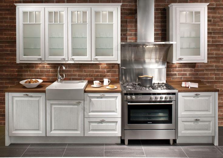 Rouheaa romantiikkaa keittiöön Vahvat ja voimakkaat materiaalit yhdistyvät yllättäen herkäksi kokonaisuudeksi. Massiivisten tammiovien pinnalla on heleä tuomenkukan sävy. Tasojen materiaalina on myös massiivitammi, jonka pinta on öljytty kosteutta ja likaa hylkiväksi.