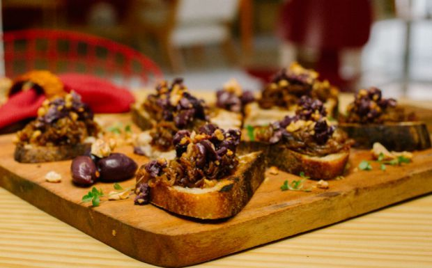 Bruschetta de cebola caramelizada, azeitona e nozes: receita da Bela Gil - Bela Cozinha - GNT