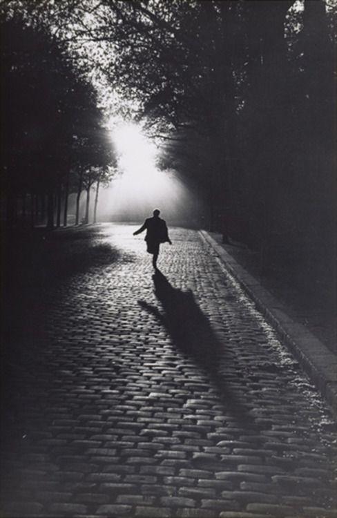 Sabine Weiss - Vers la lumière. #Paris (1953)