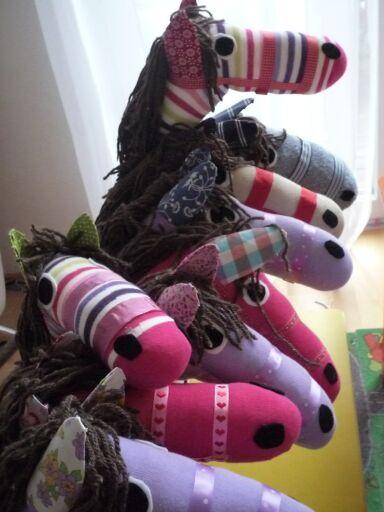 ...aus diesen Ästen wurden zu dem diesjährigen Prinzessinnengeburtstag mal Steckenpferde aus Socken gebastelt. Wollte ich immer schon ...