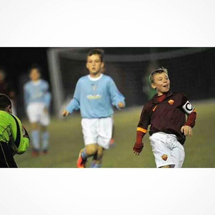 El hijo de Totti Cristian de 9 años ya lleva la cinta de capitán en su categoría. Heredero.
