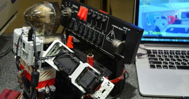 Un-robot-humanoïde-qui-sait-contrôler-un-simulateur-de-vol