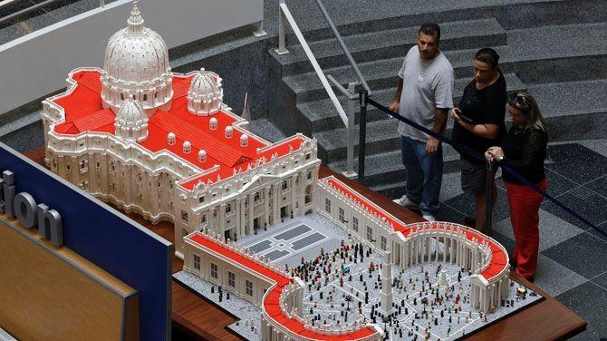 Priester bouwt Vaticaan in Lego