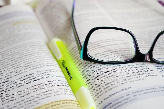 メガネ, 読み取り, 学ぶ, 本, テキスト, 蛍光ペン, ペン, 知的, 形成, 教育, トレーニング