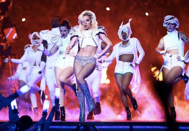 """Do """"acidente"""" com o figurino de Janet Jackson, passando pela sensacional apresentação de Prince cantando """"Purple Rain"""" debaixo de chuva intensa, chegando na histórica e politizada apresentação de """"Formation"""", da Beyoncé, qualquer apresentação musical no intervalo do Super Bowl, a grande final do futebol americano, se torna assunto no mundo inteiro imediatamente. Esse ano, a estrela foi Lady Gaga e, entre alfinetadas na política de imigração do novo governo americano e um show de tecnologia…"""