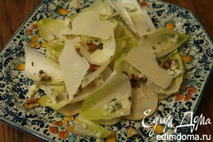 Салат из груши и цикория с заправкой из голубого сыра
