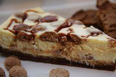 Wittechocoladecheescake met pepernoten en gezouten karamel - hij staat nu in de oven, ik kan niet wachten tot hij klaar is!