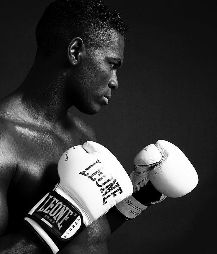 The Flying Gentleman Remy Bonjasky #project365 #photochallenge #day42 #foto #fotoshoot #fotografie #dk_photography #blackandwhite #tbt #remybonjasky #white #boxinggloves #leone #flyinggentleman #k1 #kickboxing #thaiboxing #surinaams #nederlands #darkskin #malemodel #love