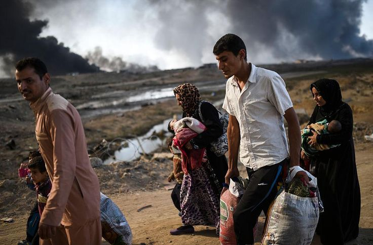 Fighting rages near Mosul as Isis forcibly moves thousands for use as human shields