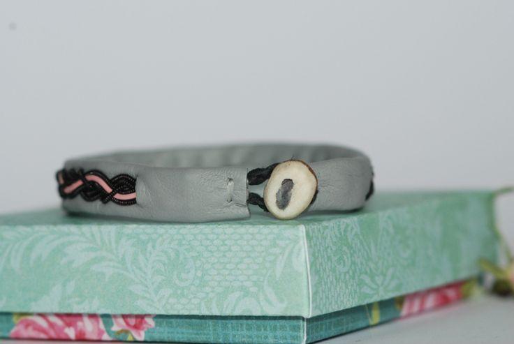 Handgjorda smycken inspirerade av det samiska hantverket.