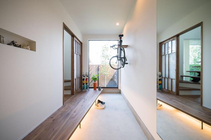 玄関が広くて明るいといいね。 #広くみせるコツがいくつか #グランハウス #設計事務所#愛知#岐阜 #玄関#土間#ロードバイク女子 #間接照明#全身鏡#無垢フローリング #間取り#注文住宅#おしゃれな家