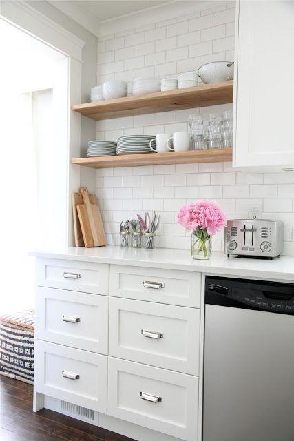 Armoire cuisine tablettes. Beaucoup de gens craignent de remplacer leurs armoires fermées par des tablettes. Pour éviter les accumulations de poussières, assurez-vous d'y placer des objets et de la vaisselle servant au quotidien.