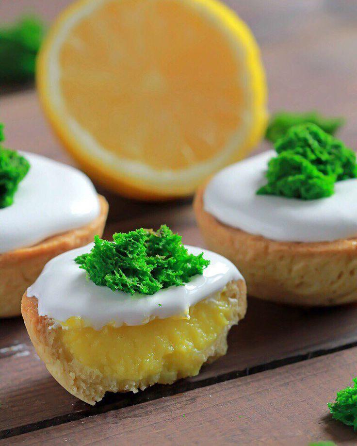 Lemon tartlets with meringue and sponge biscuit 😍 Лимонные Тарталетки с меренной и молекулярным бисквитом (мох)