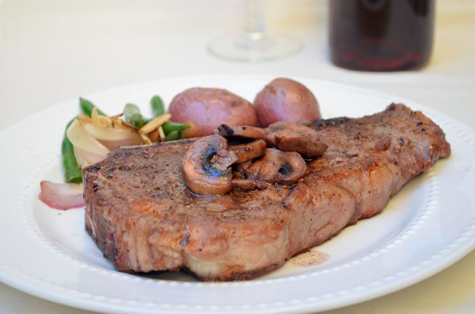 ... onionringsandthings com 2013 01 new york steak with red wine mushrooms