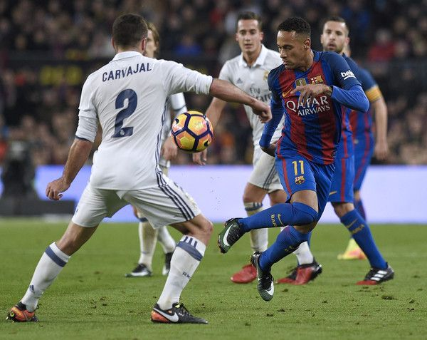 Barcelona's Brazilian forward Neymar (R) vies with Real Madrid's defender Dani Carvajal during the Spanish league football match FC Barcelona vs Real Madrid CF at the Camp Nou stadium in Barcelona on December 3, 2016. / AFP / LLUIS GENE