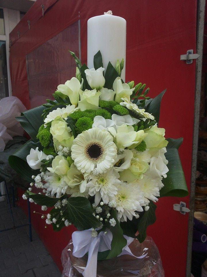 Trandafiri albi, minigerbera alba, frezii albe, santini verde si crizanteme albe