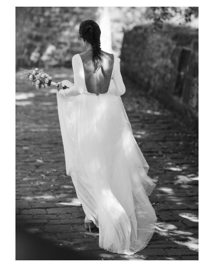 SIEMPRE SÍ a los vestidos de manga larga y espalda escotada (y si además lleva topitos ya es para morirse de amor) #goodmorning #buenosdías #wedding #weddingday #boda #bride #bridetobe #bridal #novia #groom #bridaldress #vestidodenovia #espaldasinfinitas #mangalarga #weddingdress #details #topitos #lunares #bohobride #bohemian #inlove #amazing #beautiful #stunning #weddinginspiration #inspiration #love #like #picoftheday #siempremia