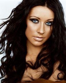 błękitne oczy ciemne włosy