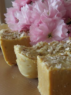 DIY zeep maken met kokosolie, olijfolie en natriumhydroxide.