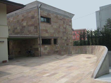 Ampliamento villa unifamiliare - Cortile zona posteriore con particolare muretto per ingresso nei garage - Maria Teresa Azzola Designer - Guido Conti Architetto - Bergamo 2006 - Fotografo Paolo Stroppa