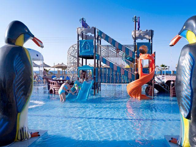 Wilkommen im Kinderparadies auf Kreta! Das Stella Village Hotel & Bungalows ist ideal vorbereitet für Familienurlauber mit all ihren Bedürfnissen. Von all inclusive Verpflegung zu vielseitigem Unterhaltungsprogramm ist alles dabei. Die 4 Sterne-Anlage liegt direkt am Hoteleigenen Sandstrand und glänzt mit 5 Pools.