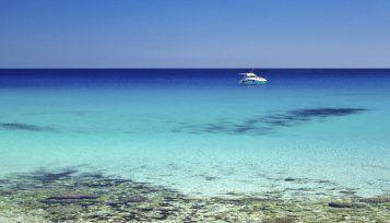 Le acque limpide e cristalline lambiscono la costa occidentale della Sardegna