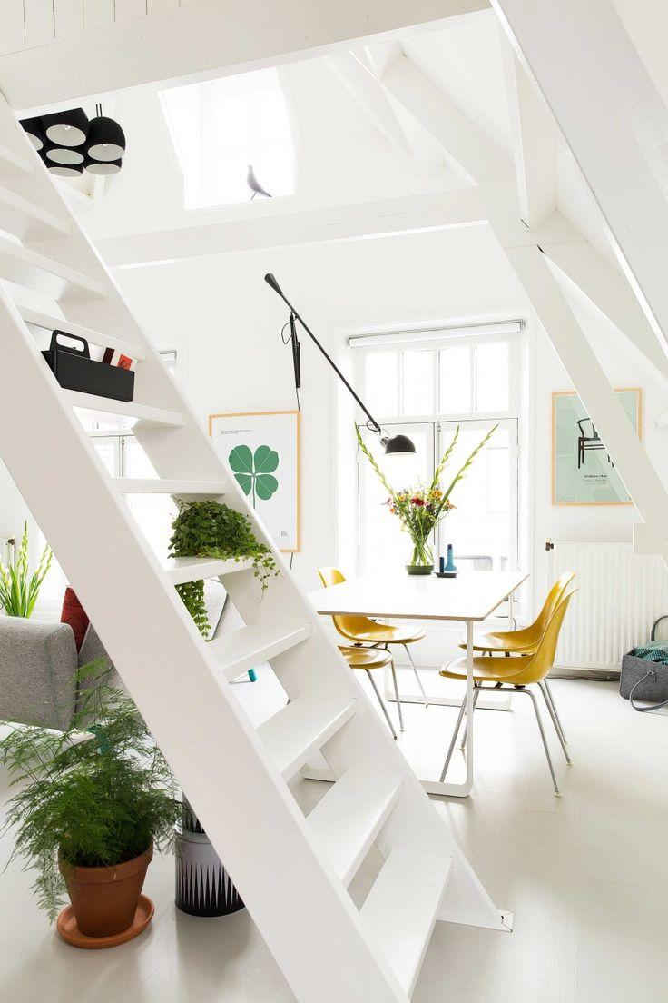 Witte trap   white stairs   vtwonen 02-2017   Fotografie Jansje Klazinga   Styling Carolien Manning   Tekst Merel van der Lande