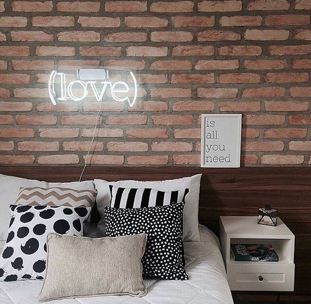 Decoração rústica com tijolos aparentes ou papel de parede que imite tijolos.